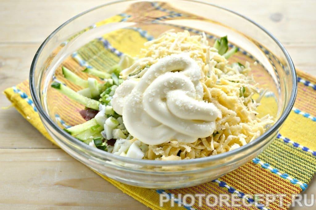 Фото рецепта - Сытный салат с копченой колбасой и сыром - шаг 6