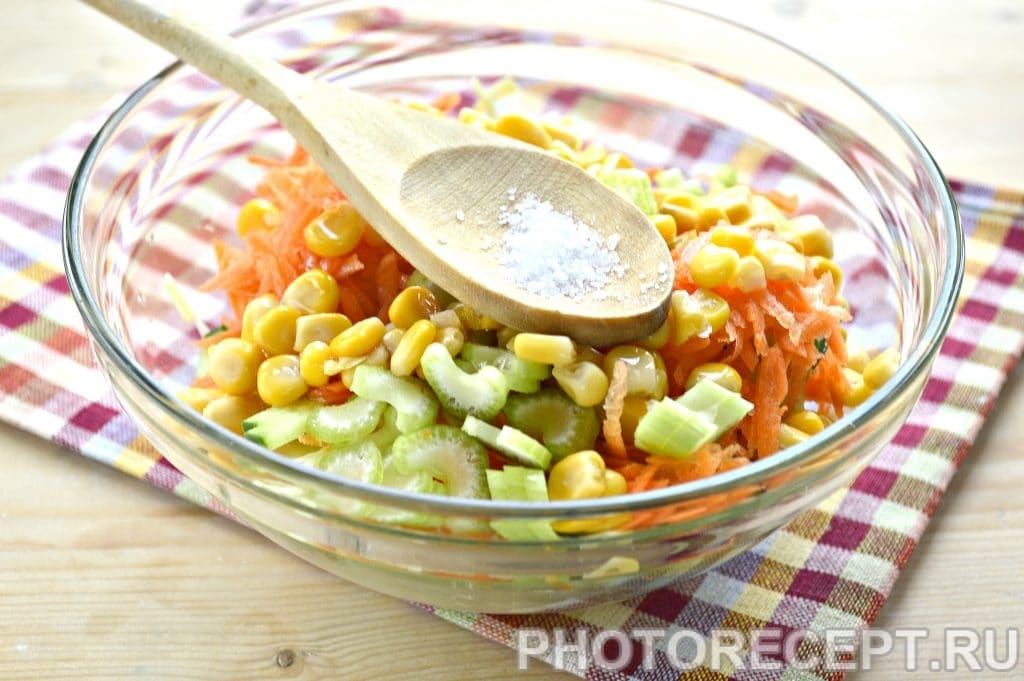 Фото рецепта - Капустный салат с сельдереем и кукурузой - шаг 6