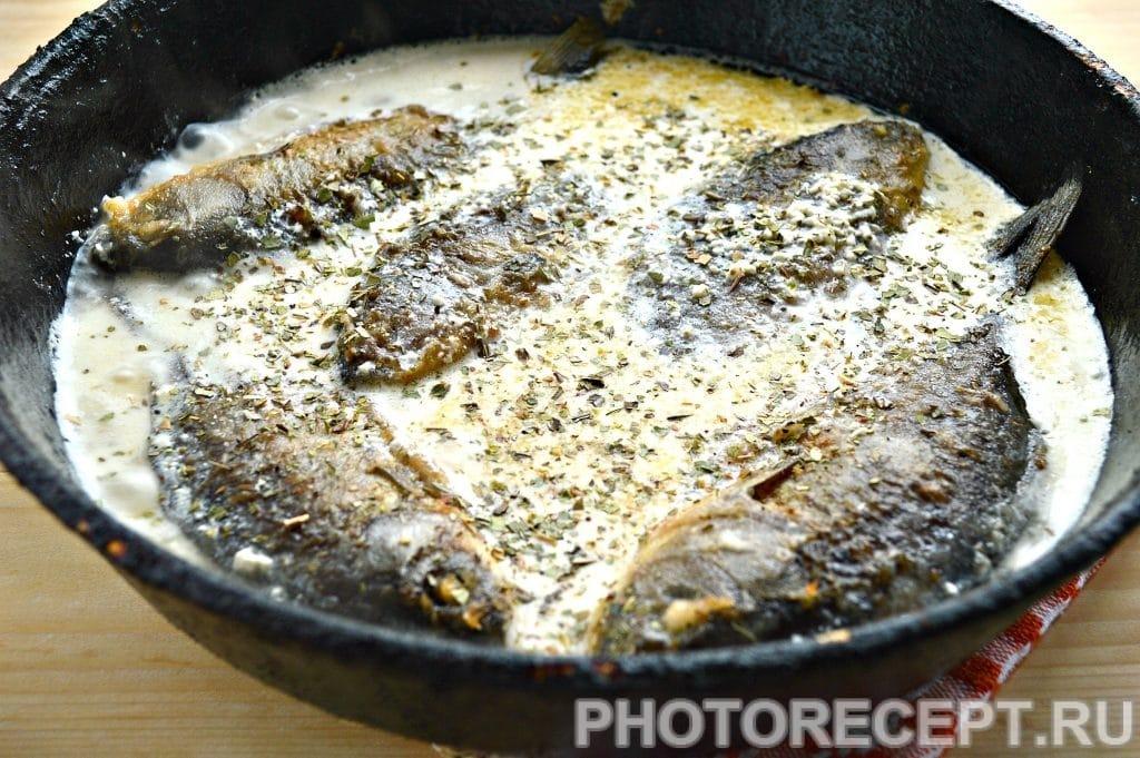 Фото рецепта - Рыба тушеная в сметане - шаг 6