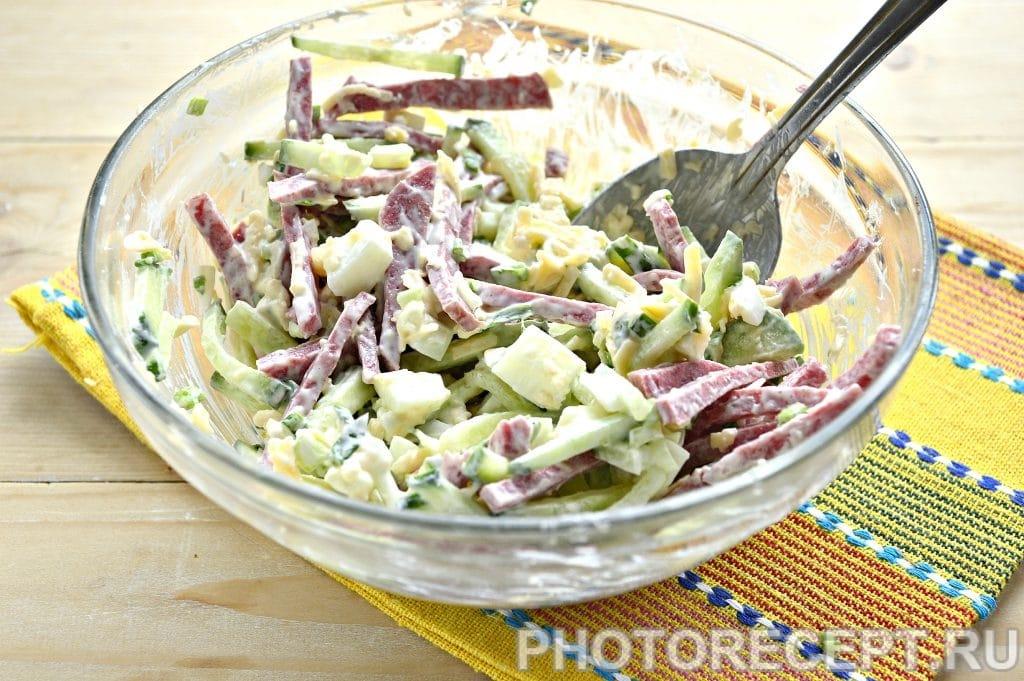 Фото рецепта - Сытный салат с копченой колбасой и сыром - шаг 7