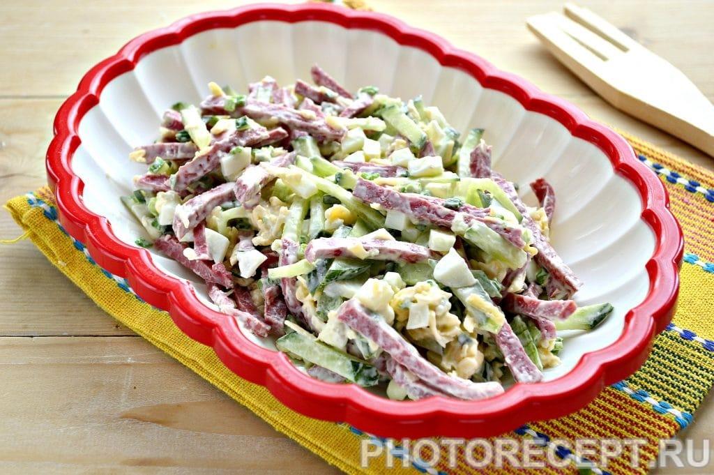 Фото рецепта - Сытный салат с копченой колбасой и сыром - шаг 8