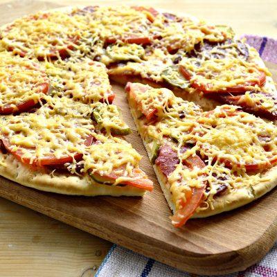 Пицца с соленым огурцом - рецепт с фото