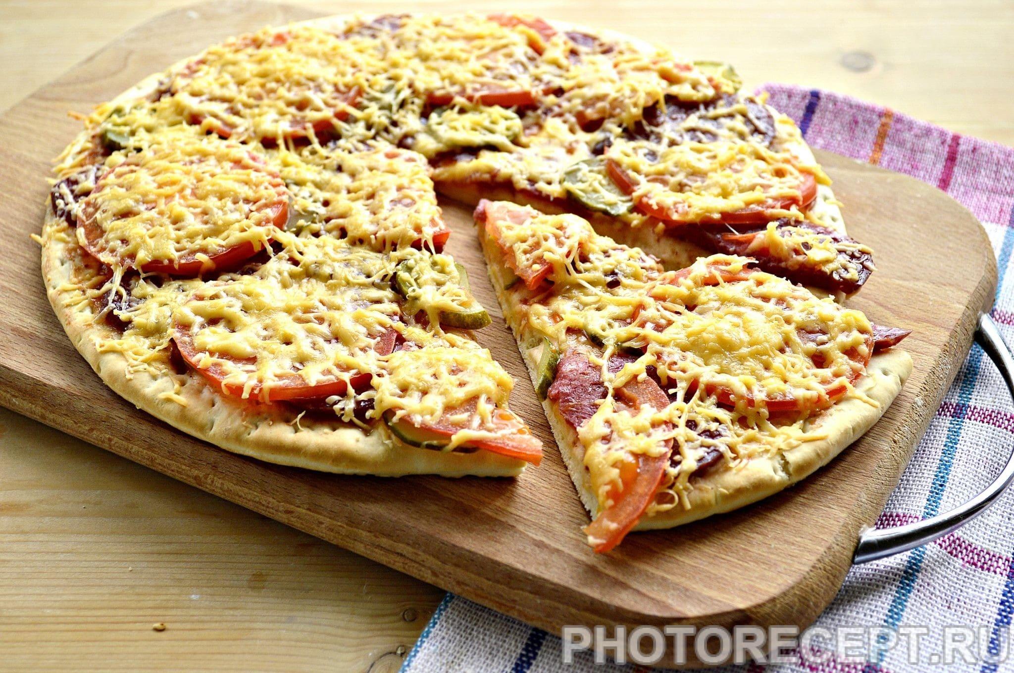Пицца рецепт с колбасой и сыром и помидорами солеными огурцами