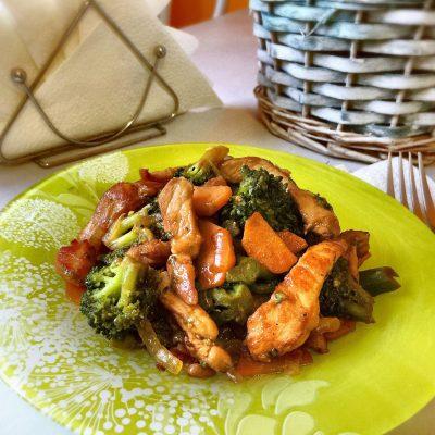 Жареное мясо из свинины с брокколи - рецепт с фото