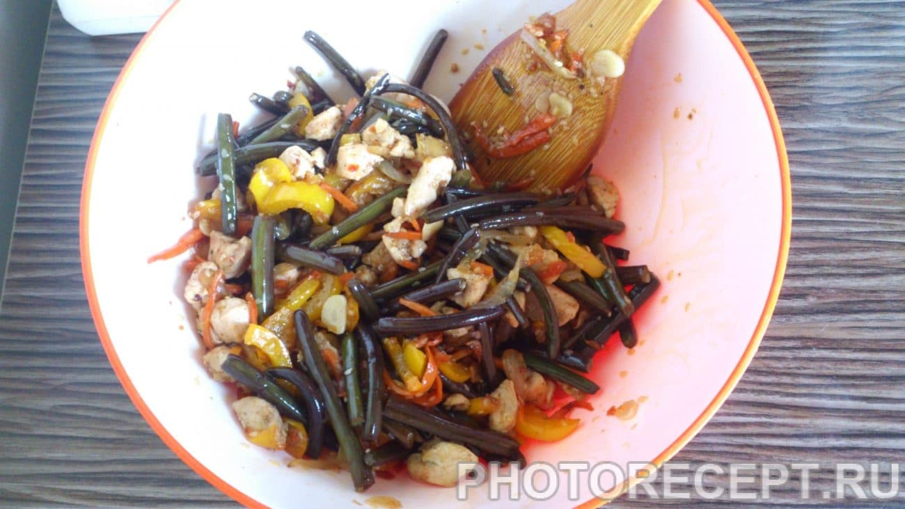 Закуска — курица с папоротником и овощами