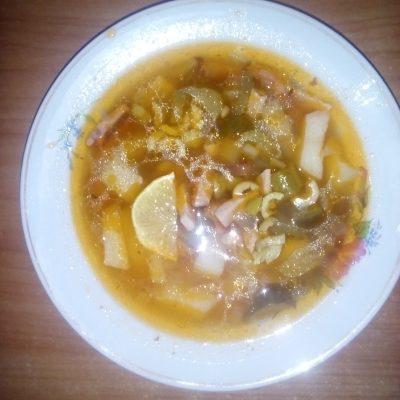 Солянка домашняя с колбасой - рецепт с фото