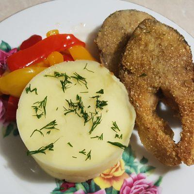 Хрустящая жареная рыба с картофельным пюре - рецепт с фото