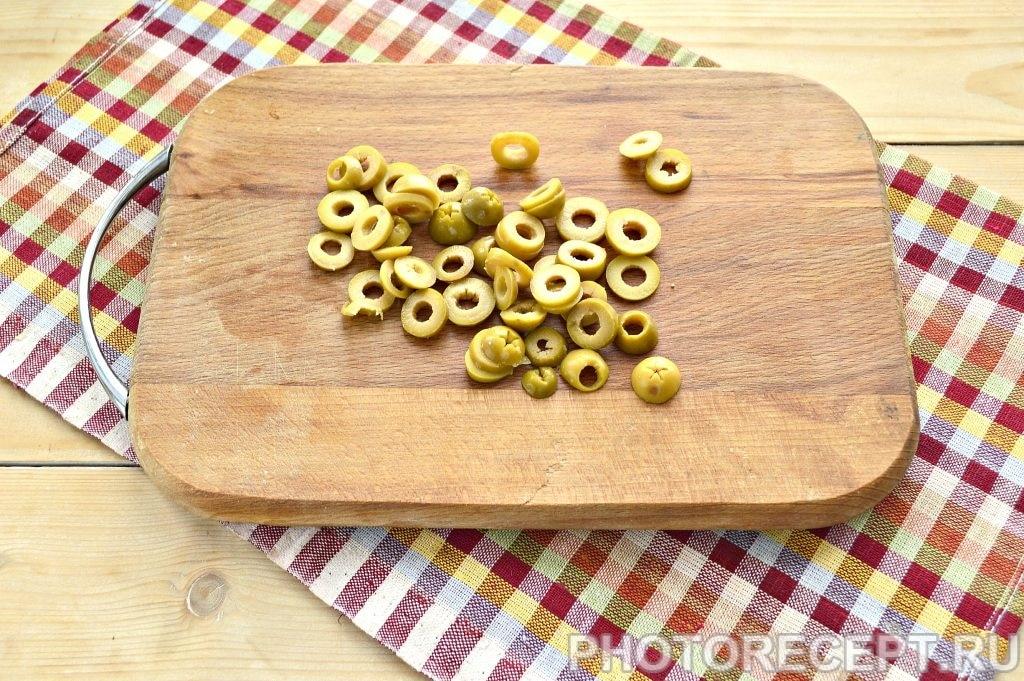 Фото рецепта - Салат с куриной грудкой и оливками - шаг 4