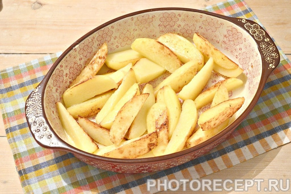 Фото рецепта - Картофель, запеченный с куриными бедрами в духовке - шаг 5