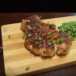 Жареный стейк из свинины на гриле