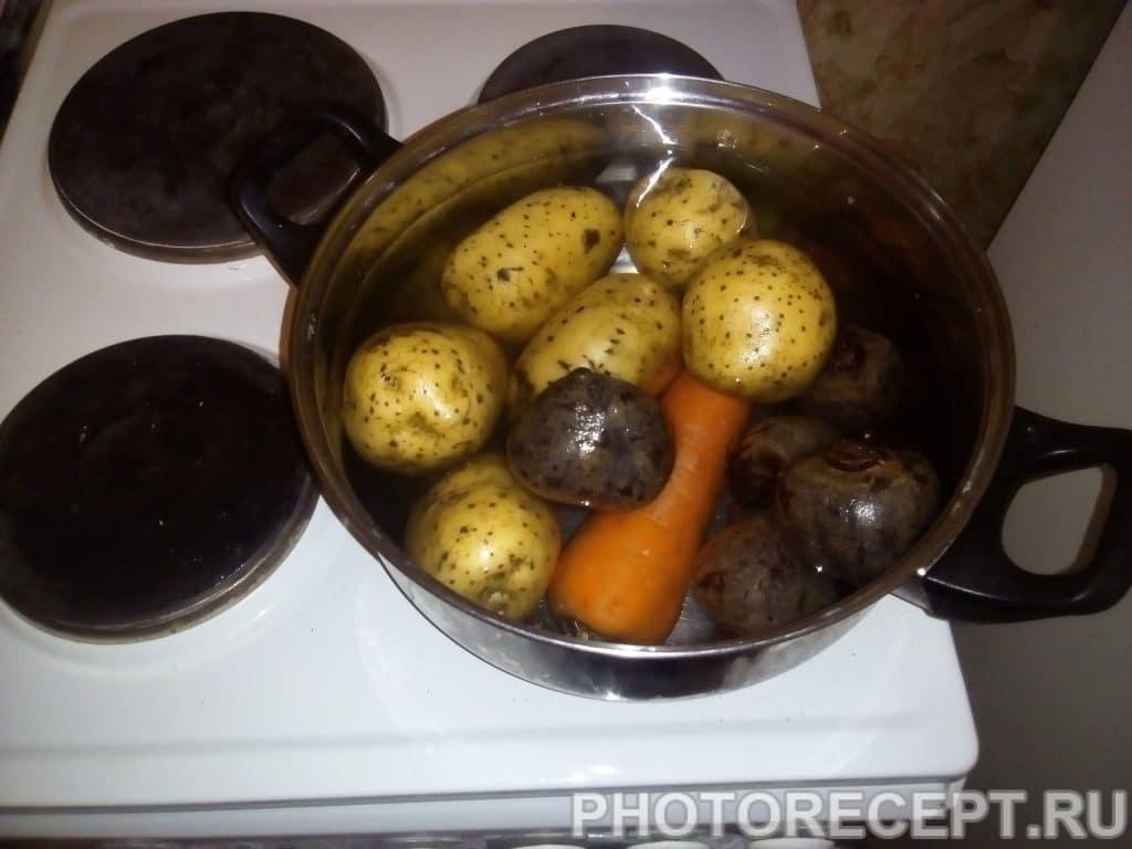 Фото рецепта - Салат из курицы и свеклы «Гранатовый браслет» - шаг 2