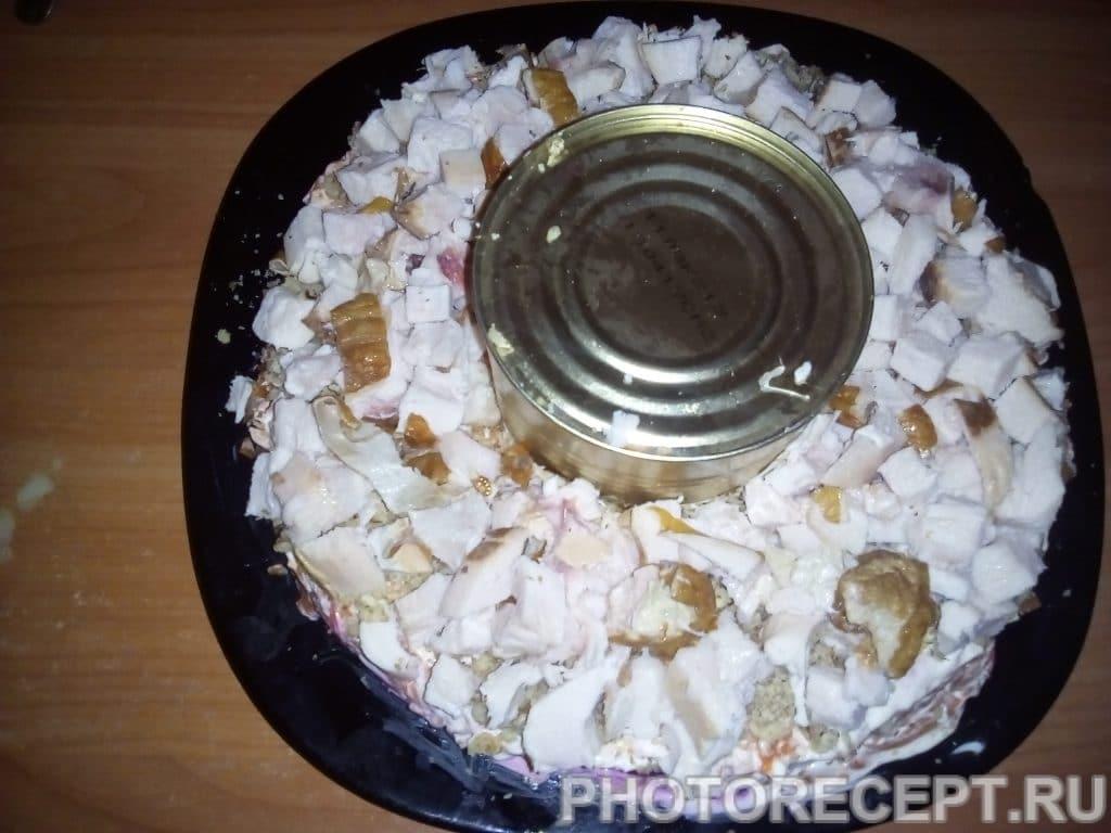 Фото рецепта - Салат из курицы и свеклы «Гранатовый браслет» - шаг 12