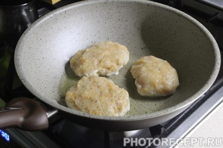 Фото рецепта - Куриные котлеты под грибной сырной шубой - шаг 4