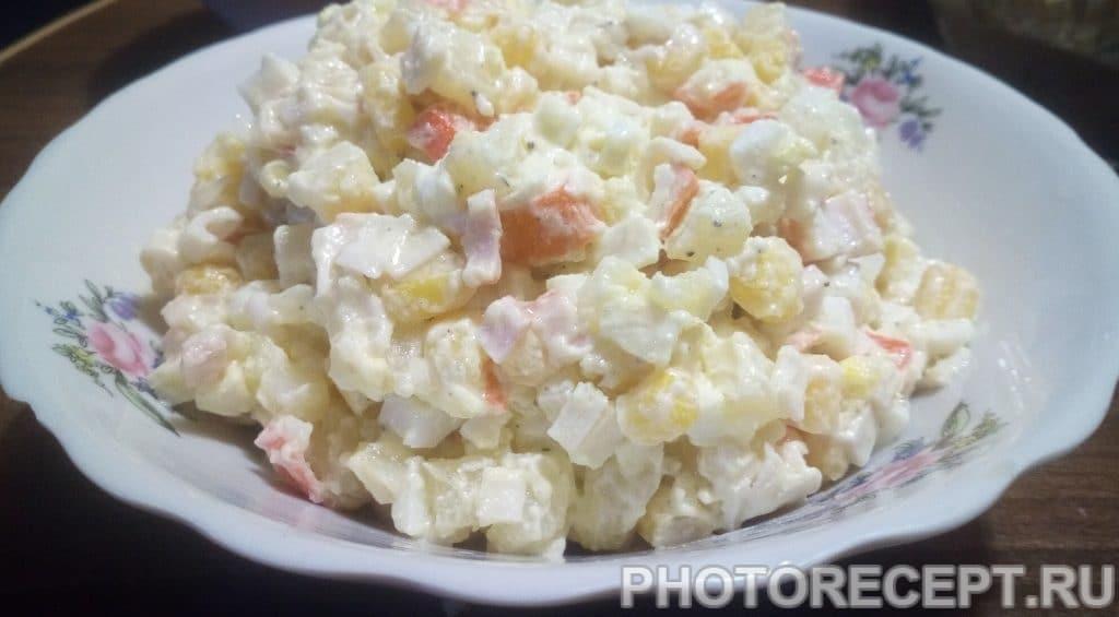 Фото рецепта - Простой крабовый салат с картофелем - шаг 5