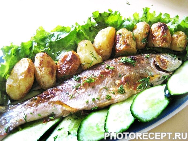 Запеченная речная форель с овощами