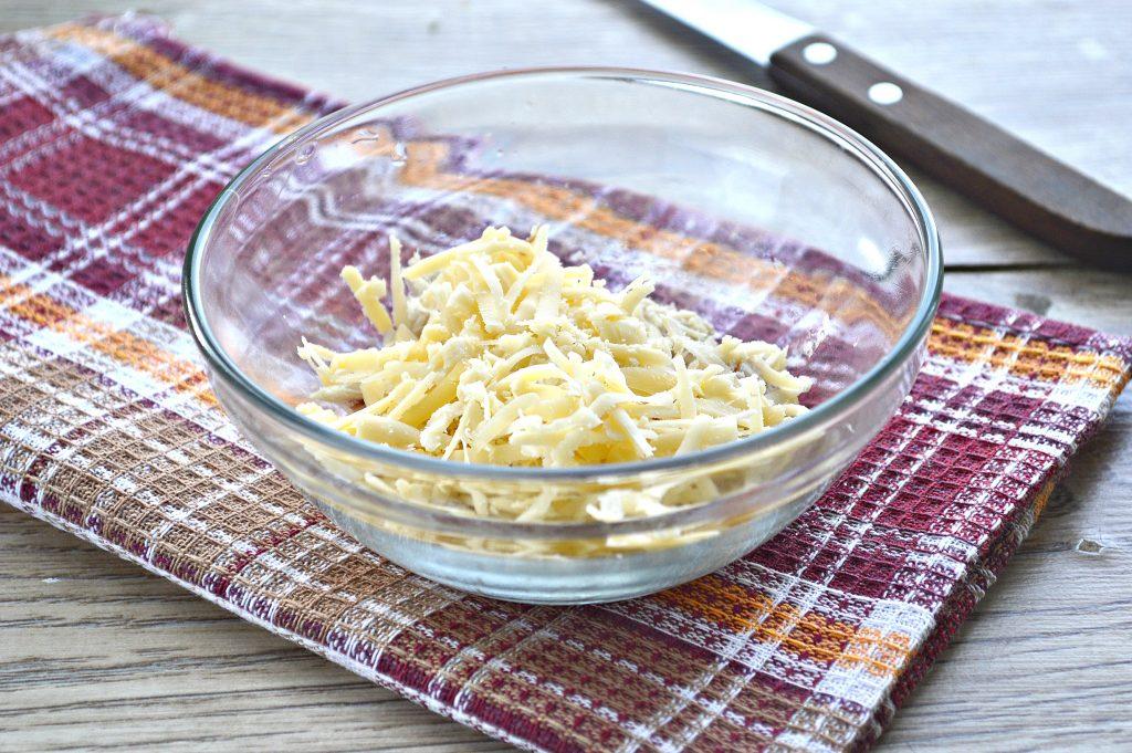 Фото рецепта - Салат с курицей, фасолью и сухариками - шаг 2
