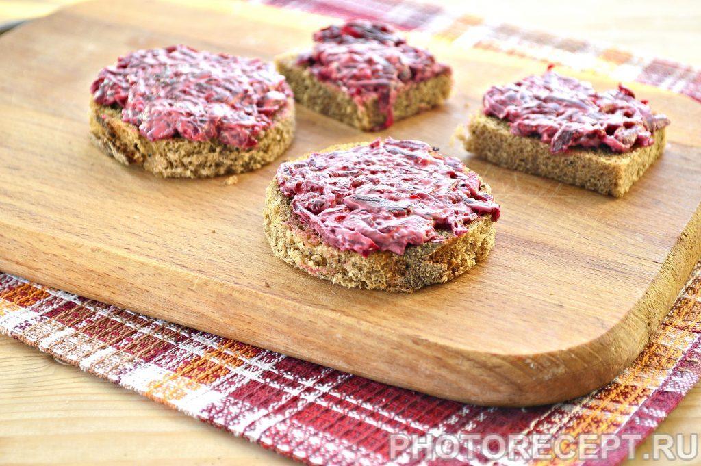 Фото рецепта - Закусочные бутерброды со свеклой и селедкой - шаг 2