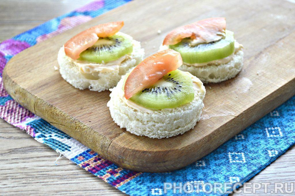 Фото рецепта - Праздничные бутерброды с киви и селедкой - шаг 4