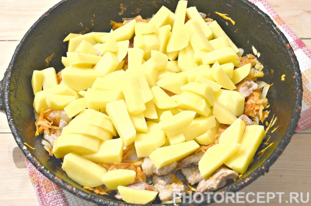 Фото рецепта - Свинина, тушенная с картофелем и огурцами - шаг 4