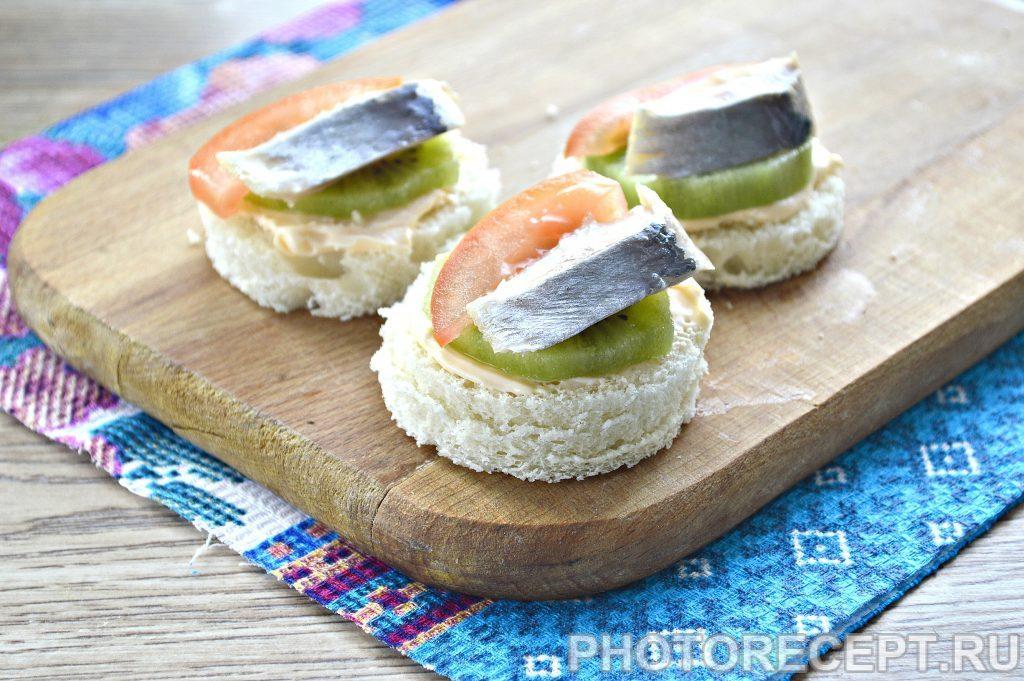 Фото рецепта - Праздничные бутерброды с киви и селедкой - шаг 5