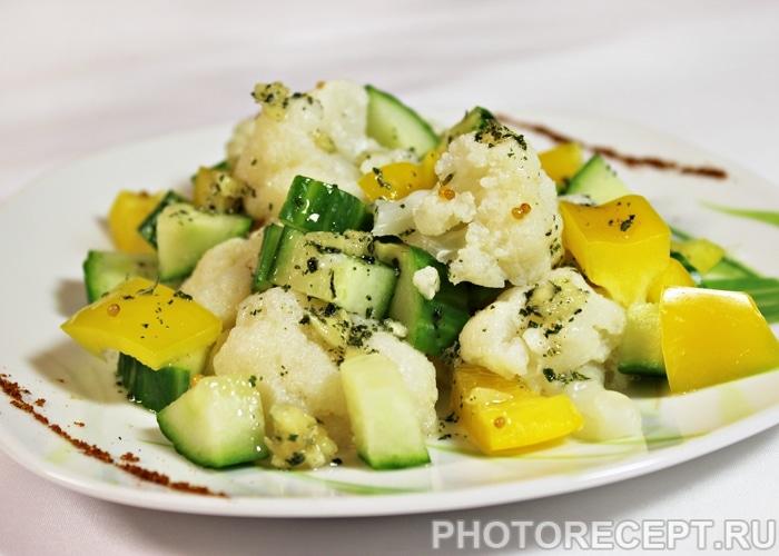 Фото рецепта - Салат из цветной капусты с огурцом и перцем - шаг 6