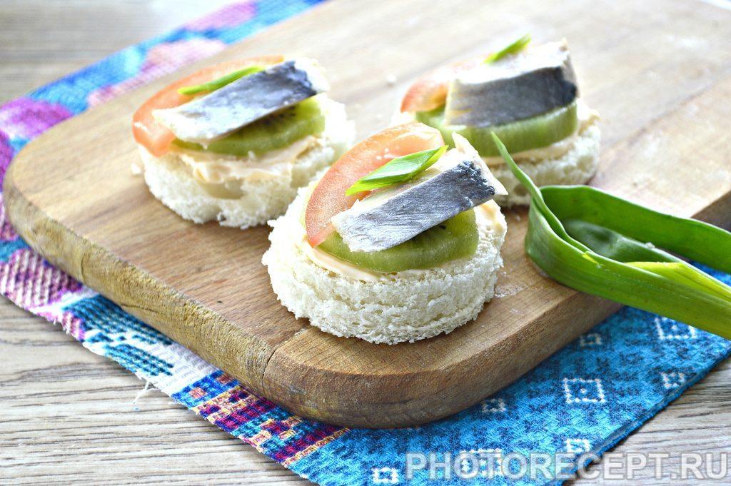 Фото рецепта - Праздничные бутерброды с киви и селедкой - шаг 6
