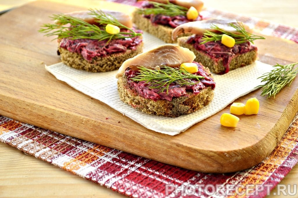 Фото рецепта - Закусочные бутерброды со свеклой и селедкой - шаг 6