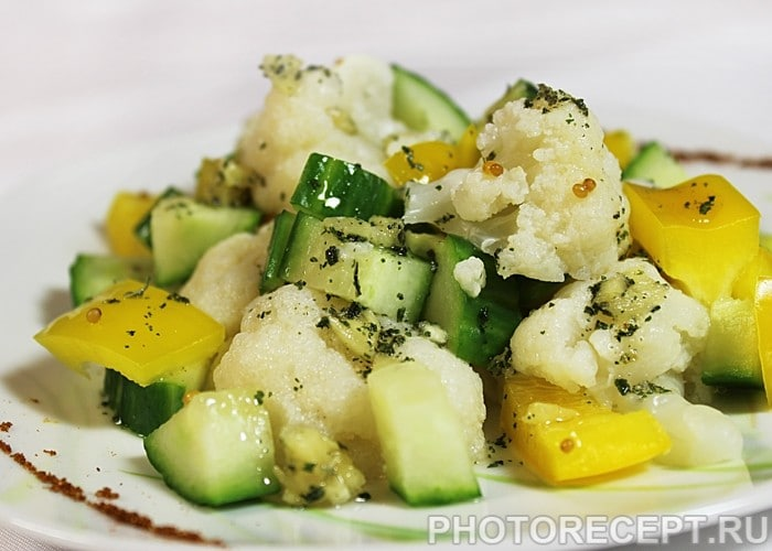 Салат из цветной капусты с огурцом и перцем