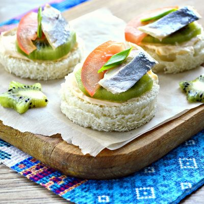 Праздничные бутерброды с киви и селедкой - рецепт с фото