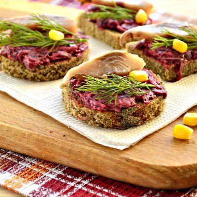 Закусочные бутерброды со свеклой и селедкой - рецепт с фото