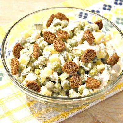 Простой салат из куриной грудки и зеленого горошка - рецепт с фото