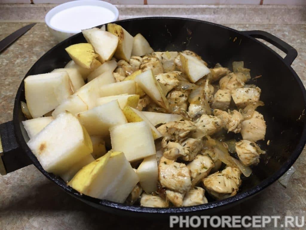 Фото рецепта - Нежное куриное филе с грушами в сливочном соусе - шаг 9