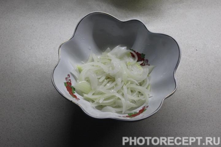 Фото рецепта - Слоеный салат с копченой курицей, ананасом и грибами - шаг 7