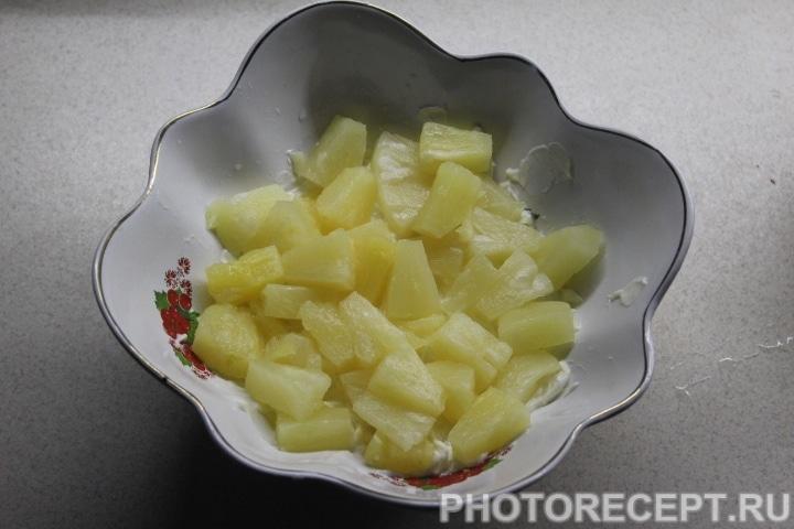 Фото рецепта - Слоеный салат с копченой курицей, ананасом и грибами - шаг 9