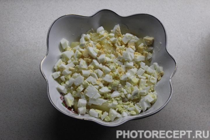 Фото рецепта - Слоеный салат с копченой курицей, ананасом и грибами - шаг 10