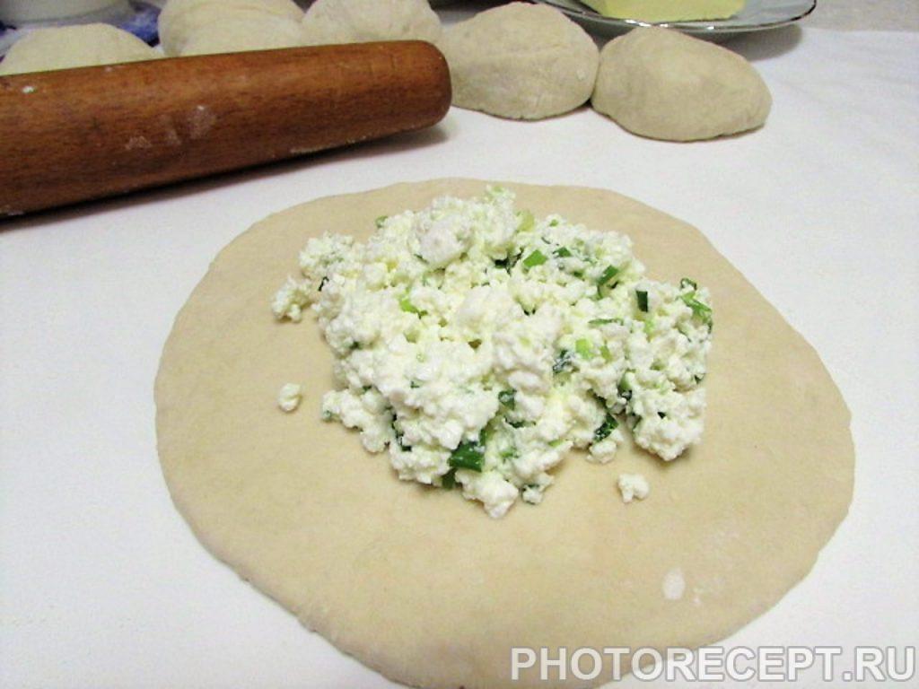 Фото рецепта - Кавказские лепешки с творогом и зеленью - шаг 13