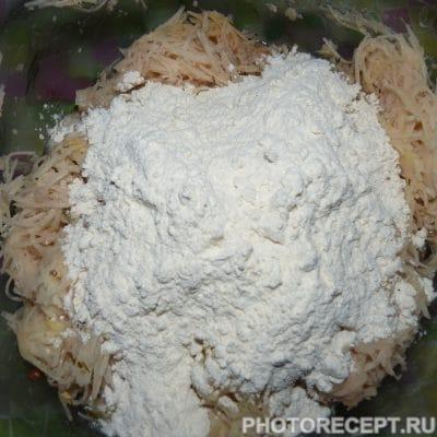 Фото рецепта - Драники из тертой картошки или русские чипсы - шаг 3