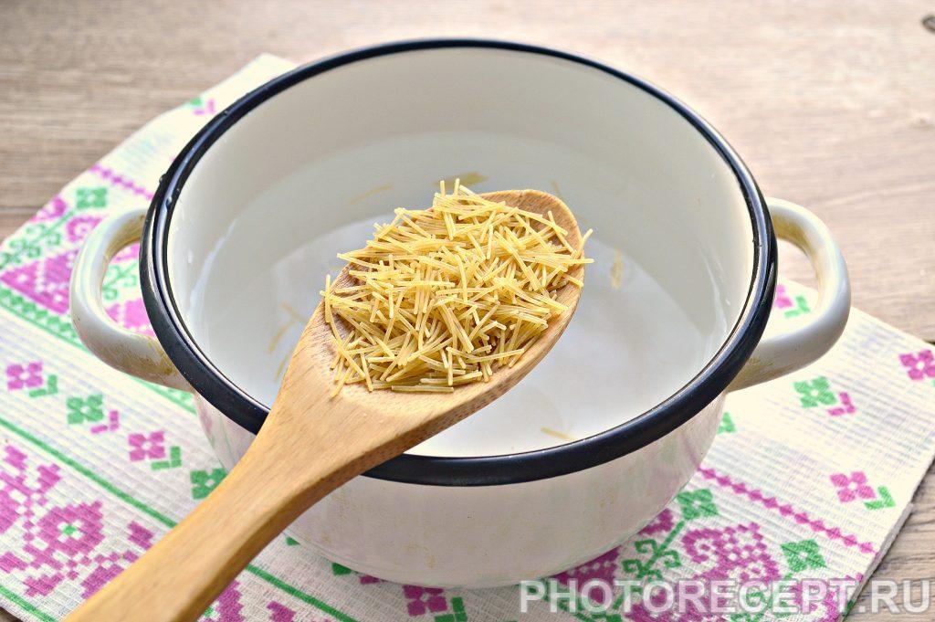 Фото рецепта - Вермишель с сыром и зеленью на сковороде - шаг 1