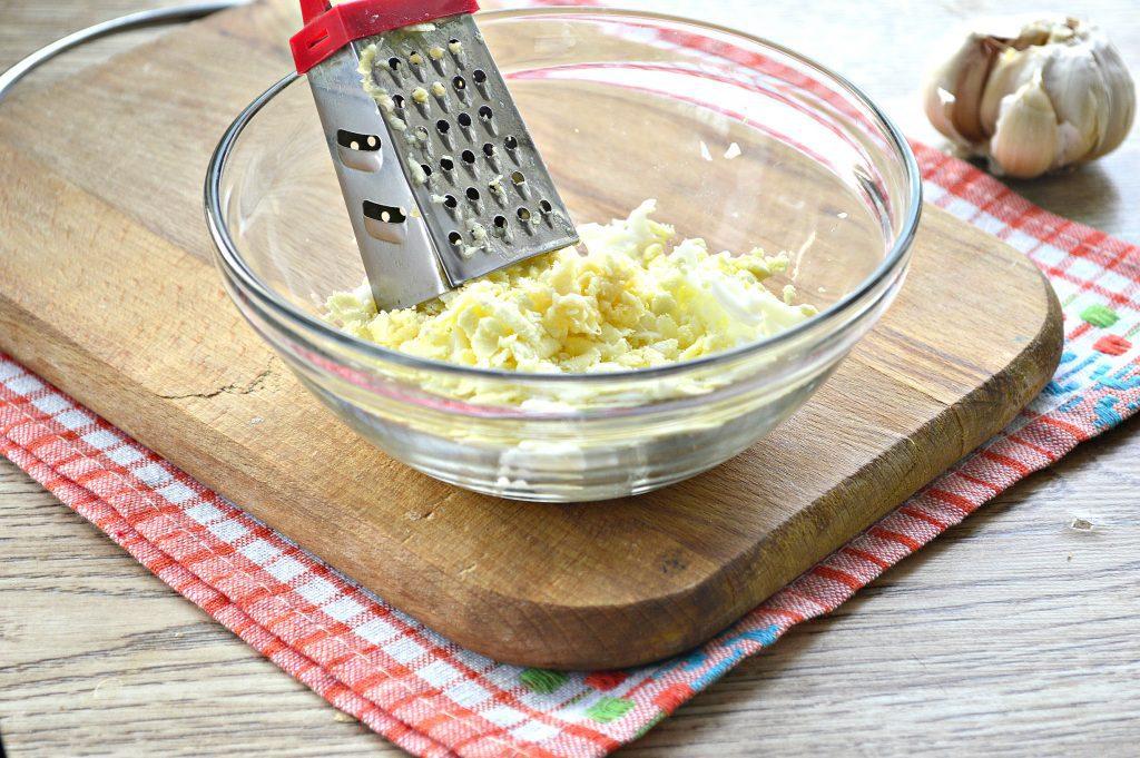 Фото рецепта - Бутерброды с яйцом и сельдью - шаг 2