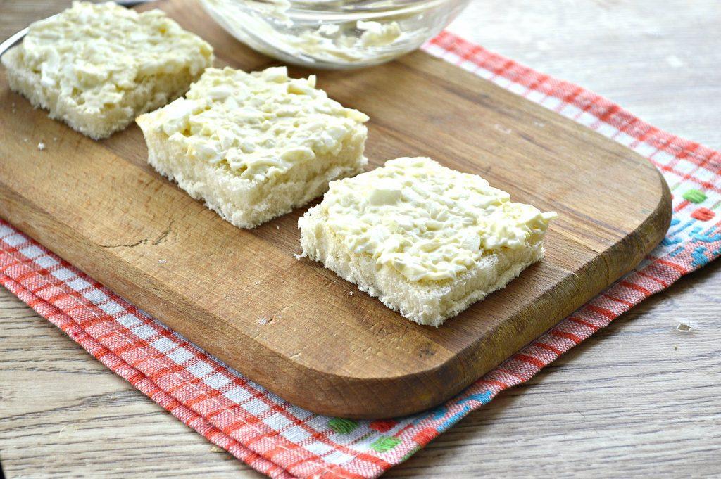 Фото рецепта - Бутерброды с яйцом и сельдью - шаг 5