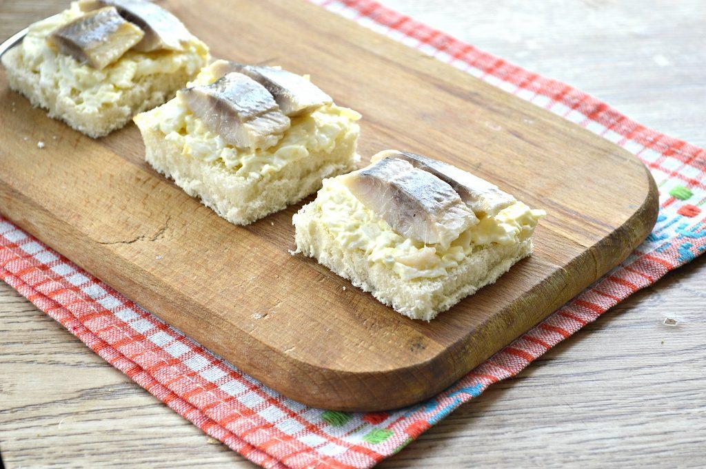 Фото рецепта - Бутерброды с яйцом и сельдью - шаг 6