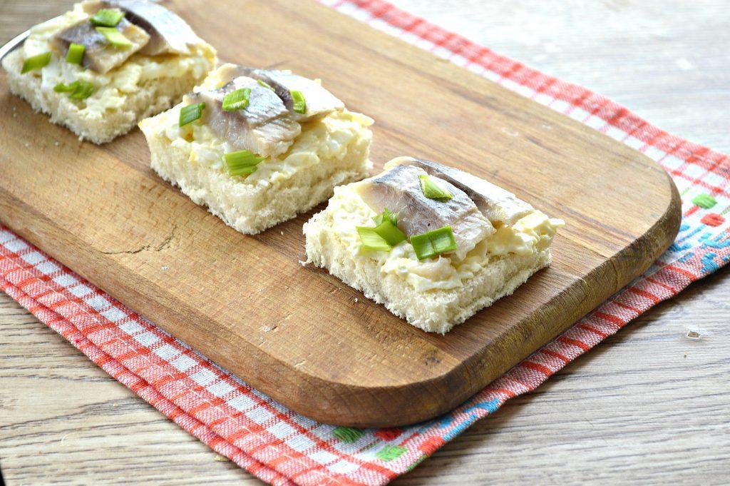 Фото рецепта - Бутерброды с яйцом и сельдью - шаг 7