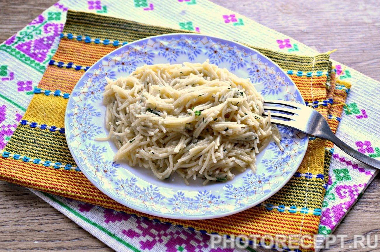 Вермишель с сыром и зеленью на сковороде