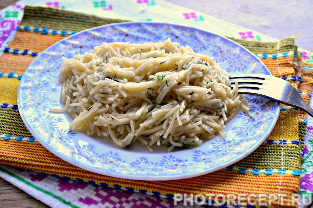 Фото рецепта - Вермишель с сыром и зеленью на сковороде - шаг 7
