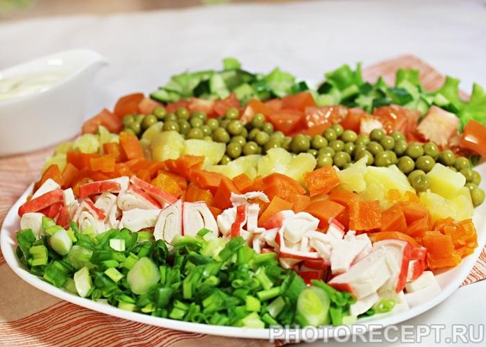 Фото рецепта - Овощной салат с крабовыми палочками - шаг 6
