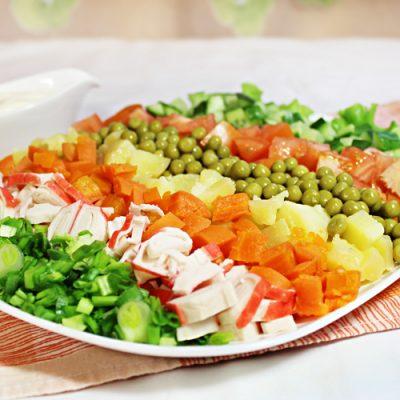 Овощной салат с крабовыми палочками - рецепт с фото