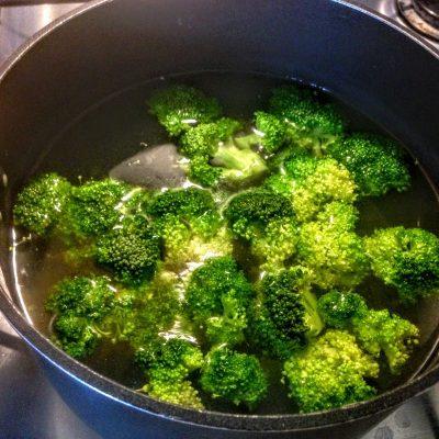 Фото рецепта - Салат из перловки с овощами и сыром - шаг 6
