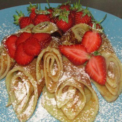 Сахарные блинчики с клубникой - рецепт с фото