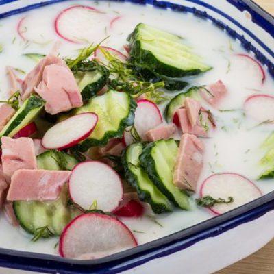 Быстрая окрошка с колбасой на кефире - рецепт с фото