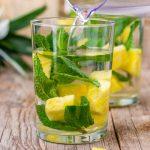 Напиток на основе ананаса и мяты